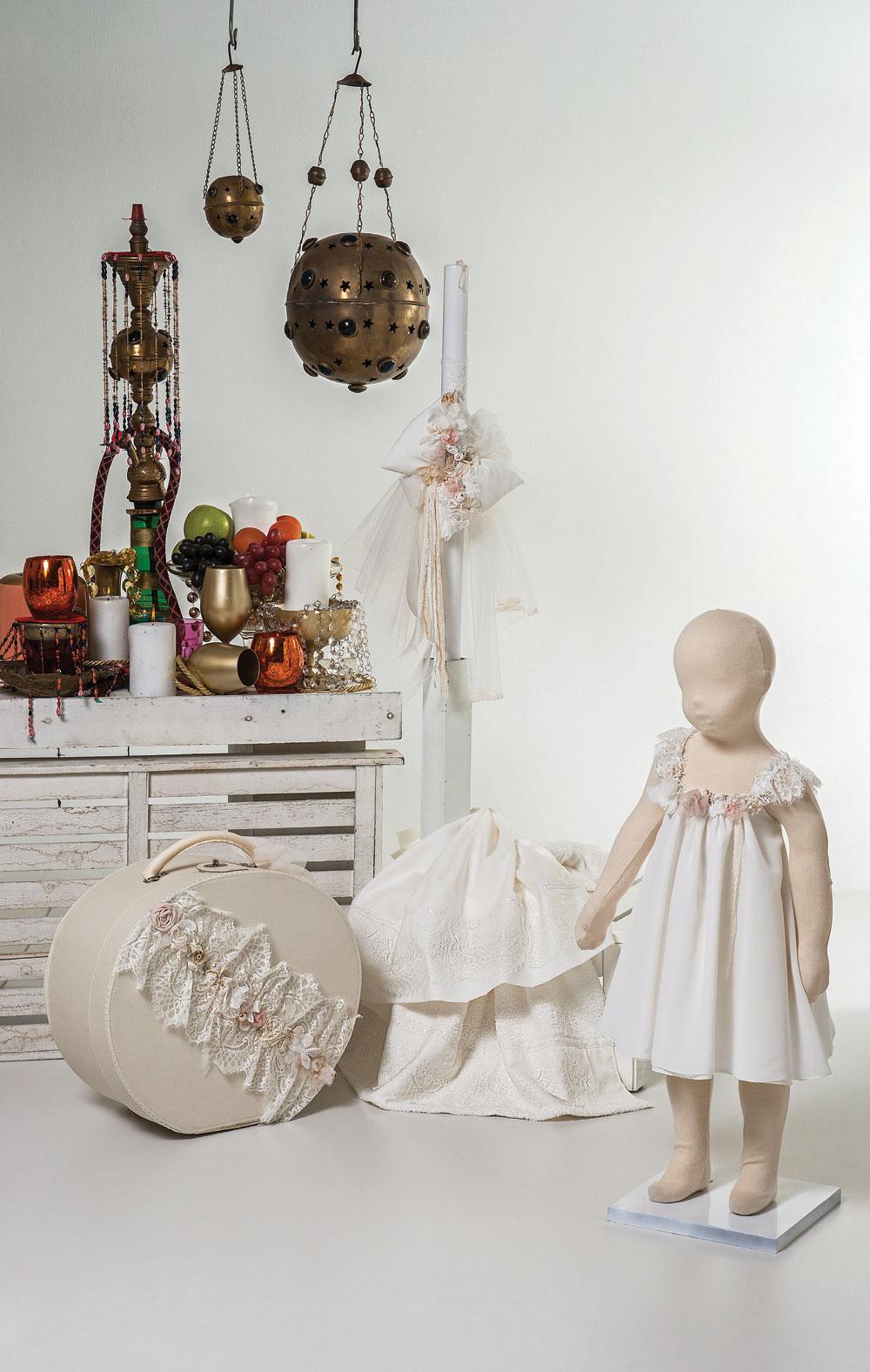 1404 - φόρεμα μουσελίνα με χιαστή πλάτη από δαντέλα στολισμένο με χειροποίητα λουλούδια και πέρλες